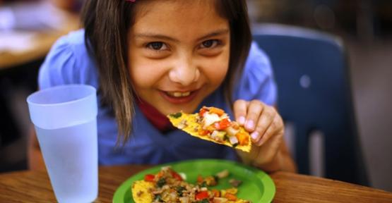 Çocuklara sevdirerek yemek yedirin