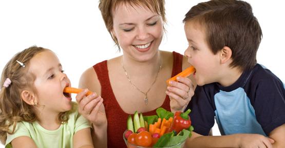 Dilimlenmiş yiyecek çocuğu sakinleştiriyor