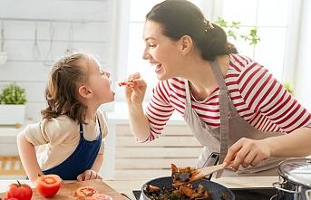 Çocuklara severek yemek yedirecek 5 yöntem
